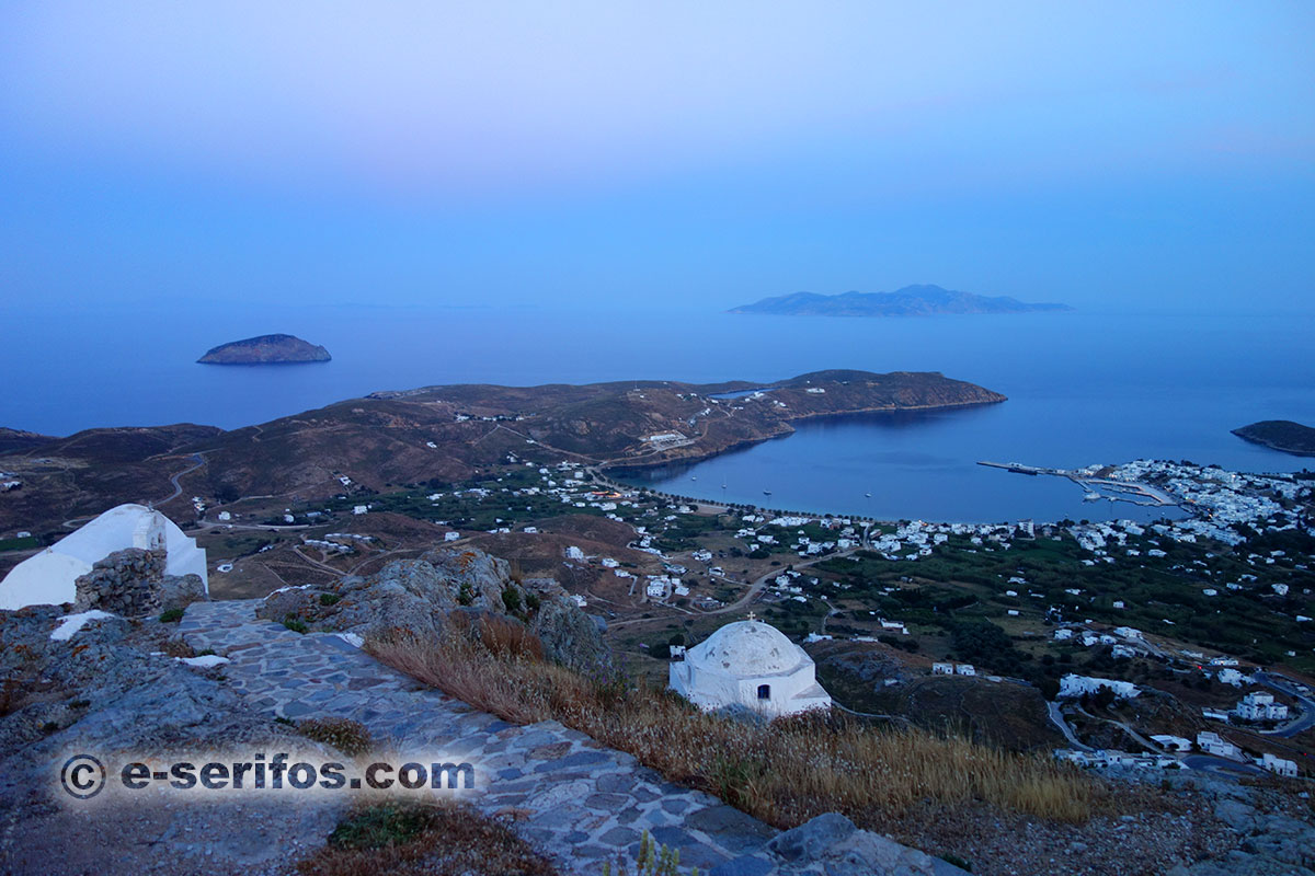 Photo panoramique du village Livadi à Serifos